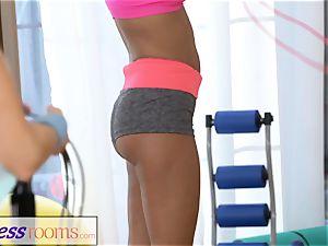 FitnessRooms horny teenager femmes in lycra hot three-way