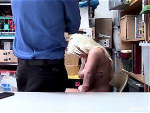 Daisy Lee facialed in spunk by dangled mallcop