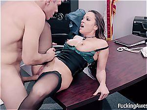 striking assistant helps her boss sploog